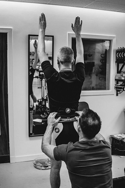 Garry Kirk checking for lateral pelvic tilt and leg lengthdiscrepancy during a bike fitting or bikefit.