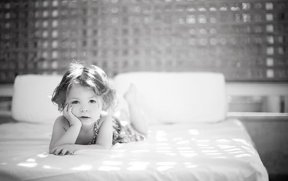 Kind auf dem Bett