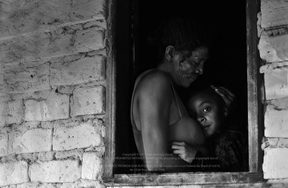 Brazilian woman with baby by the window. Mulher sertaneja com criança na janela. Photo: Ana Caroline de Lima
