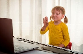 girl%20with%20piano%20online_edited.jpg