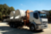 Caminhão Munk Transportando Tubos de Concreto