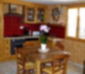 une cuisine toute équipée dans une ambiance chalet
