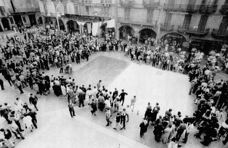 """Performance durante """"Campo Urbano"""" a Como, 1969"""