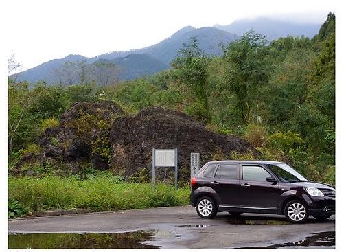 11巨大な溶岩とクルマ.jpg