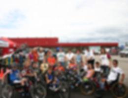 Cyclistes _ main et _quipe thecnique.jpg