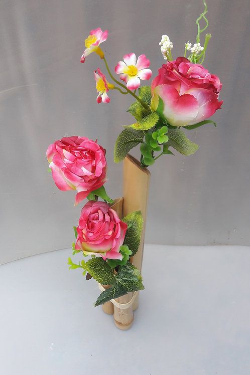 Arranjo de bambu com rosas pink