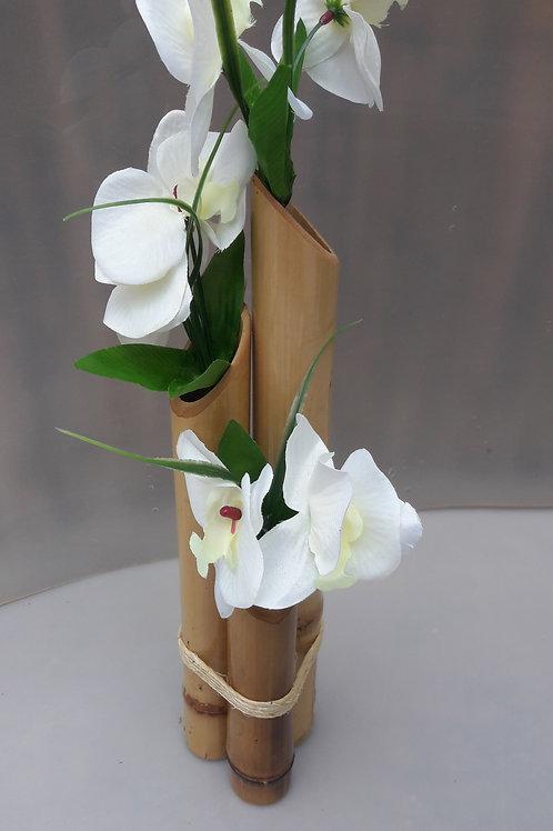 Arranjo de bambu com orquídeas branca.