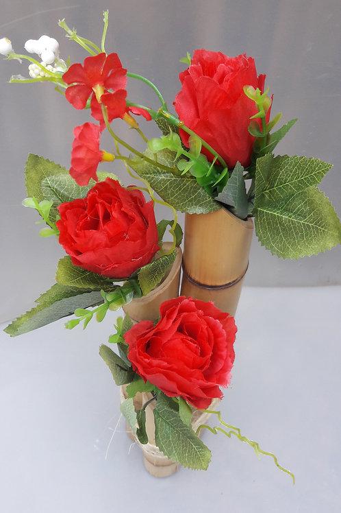 Arranjo de bambu com rosas vermelhas