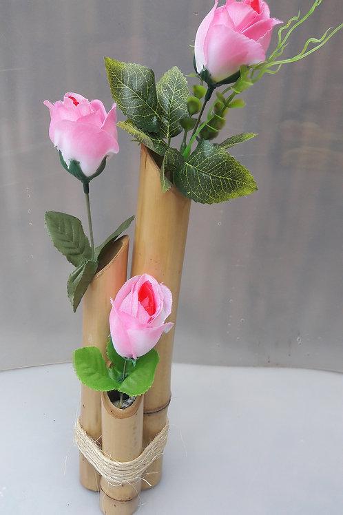 Arranjo de bambu com rosas.