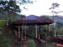quiosque de bambu com piaçava