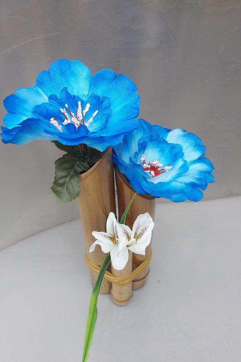 Arranjo de bambu com portulacas azul.