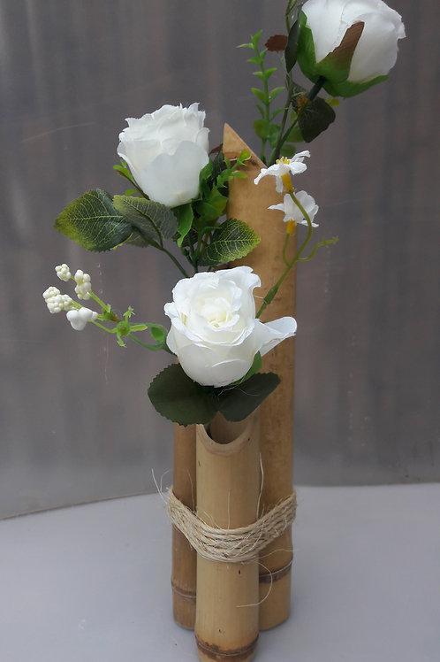 Arranjo de bambu com rosas brancas.