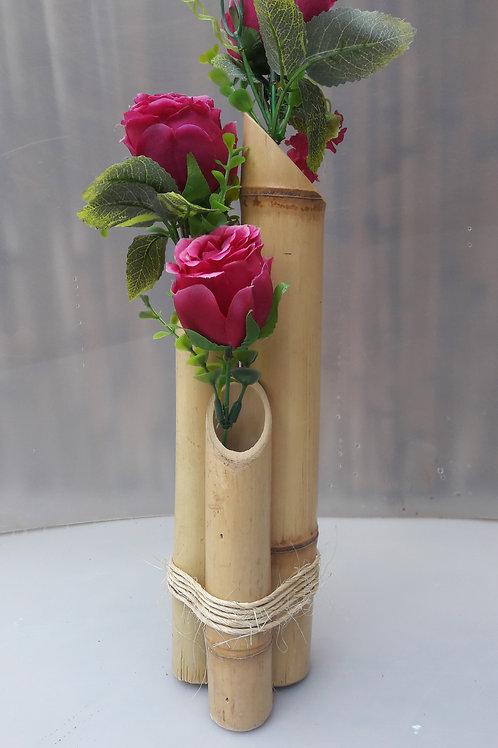Arranjo de bambu com rosas cor de vinho.