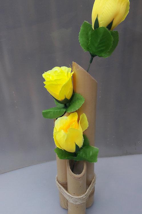 Arranjo de bambu com rosas amarelas.