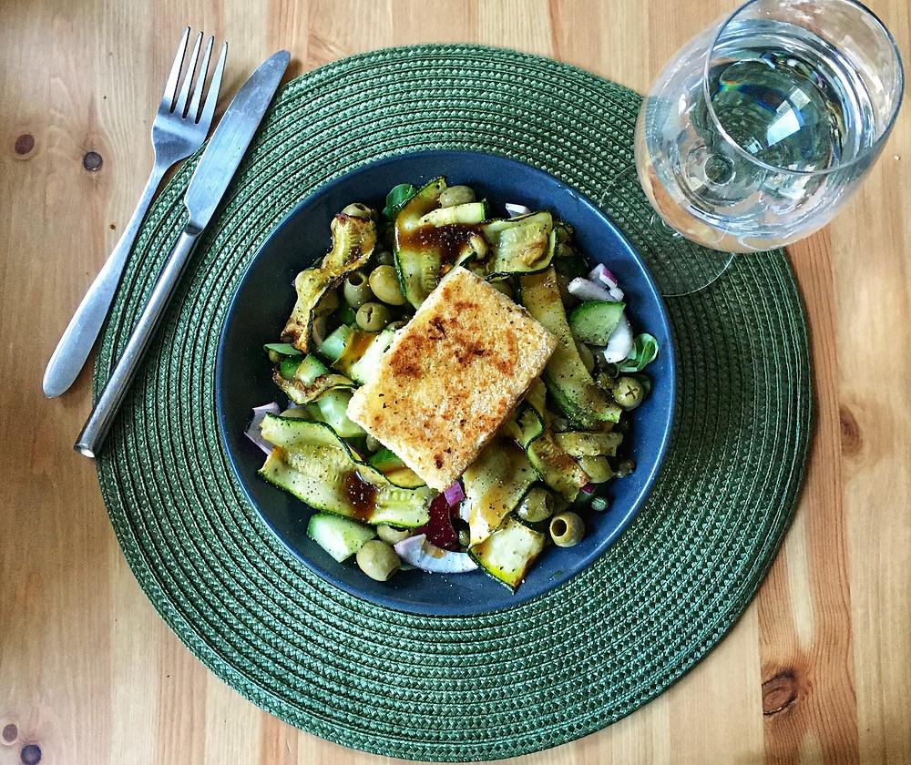 Blondieskeuken, Blondies Keuken, Sam de Roos, toegankelijke recepten, makkelijke recepten, recepten, lekkere recepten, salade recepten, maaltijdsalade, gepaneerde feta, gegrilde courgette, recept met courgette, salade met courgette, recept gepaneerde feta, olijven, salade met olijven, salade met kappertjes, kappertjes, recept met kappertjes, rode ui