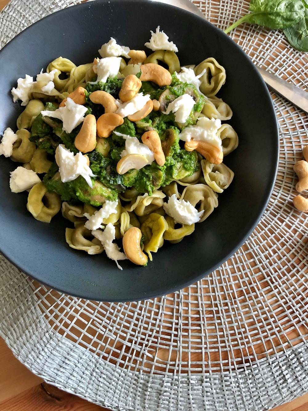 Blondieskeuken, Blondies Keuken, Sam de Roos, toegankelijke recepten, makkelijke recepten, recepten, lekkere recepten, Tortellini met spinaziepesto, Recept voor tortellini, recept met spinazie, recept met spinaziepesto, recept voor spinziepesto, verschillende soorten pesto, mozzarella, cashewnoten, spinazie, tortellini, champignons