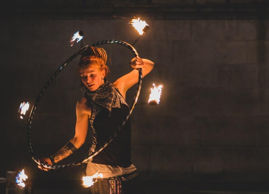 Frau mit Feuerring | myGiulia