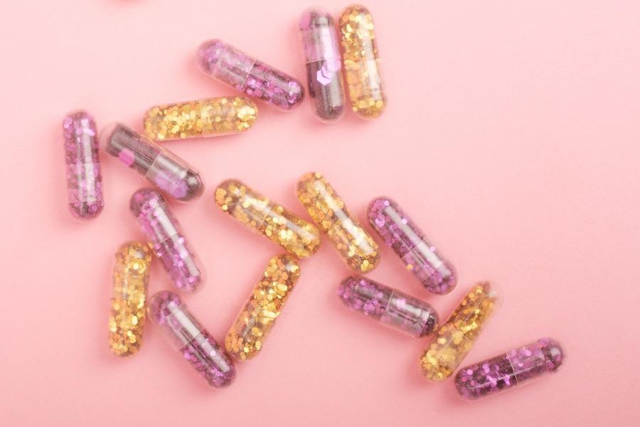 Pillen Glitzer gold pink Gendermedizin Diagnose weiblich myGiulia