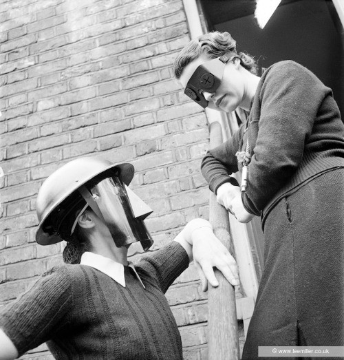 Frauen, die Feuermasken tragen zum Schutz vor Bomben von Lee Miller