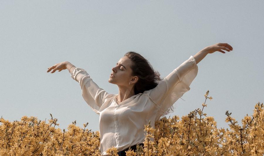Frau im Blumenfeld Freiheit Gelassenheit myGiulia