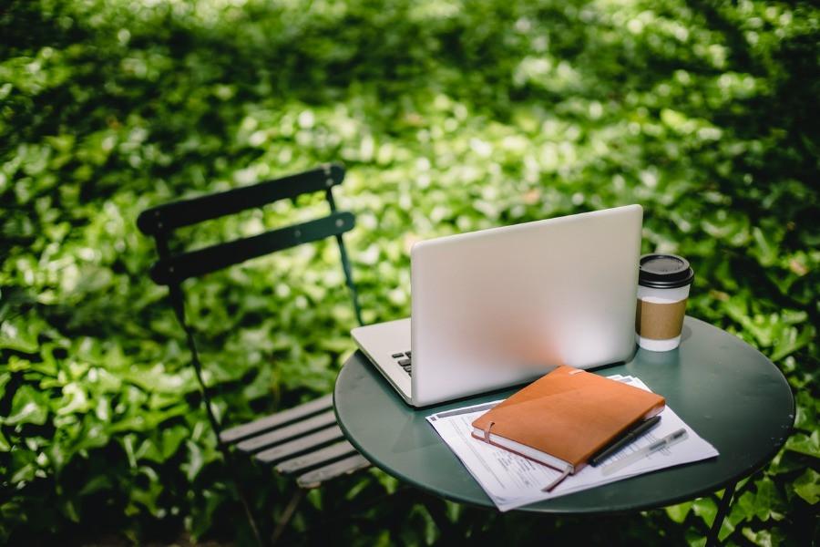 Arbeitsplatz im Garten Laptop | myGiulia