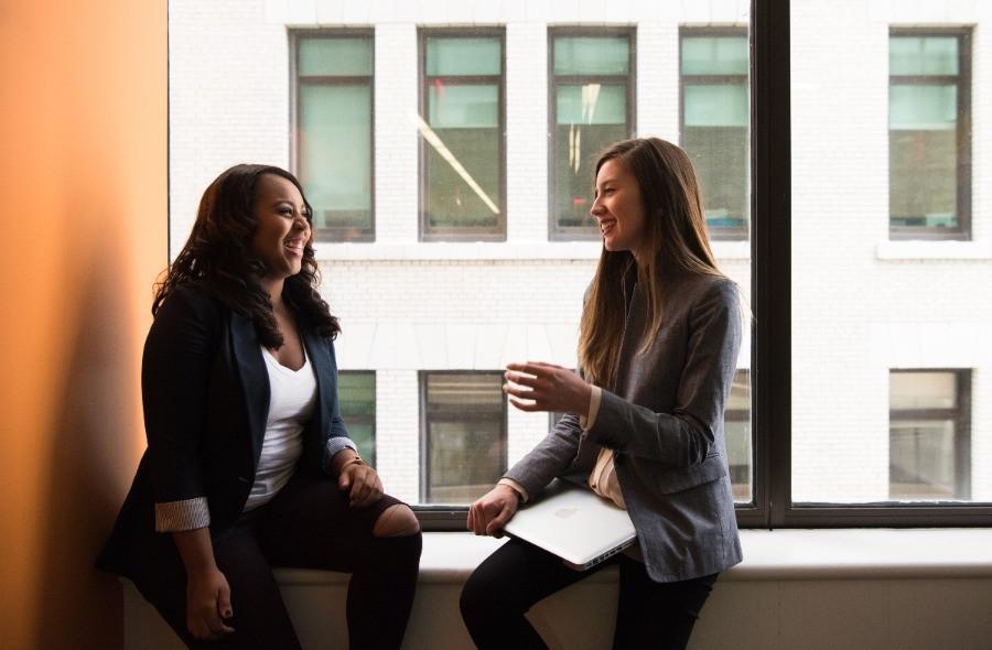 Zwei Frauen networking Business   myGiulia