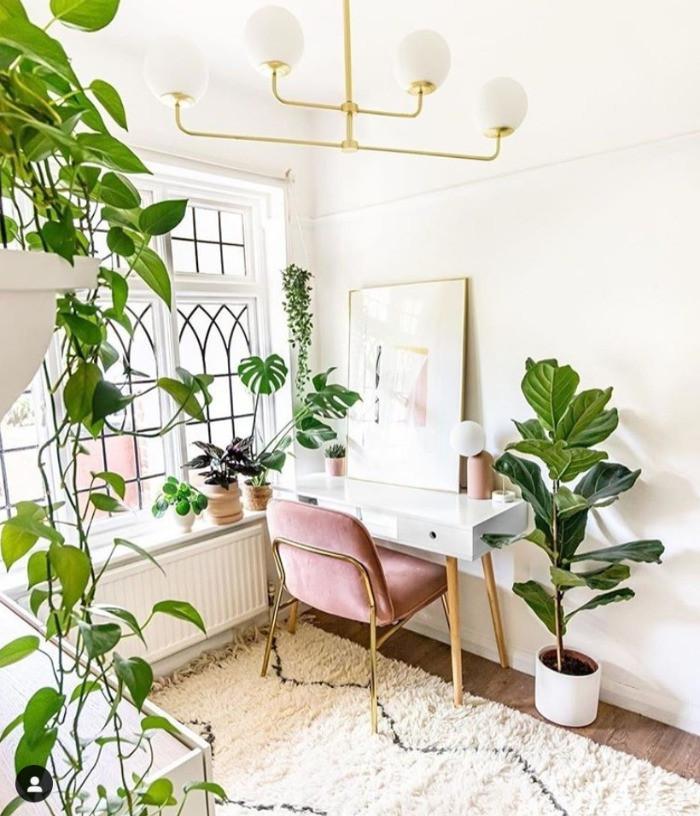 Home office mit Pflanzen rosa Stuhl | myGiulia