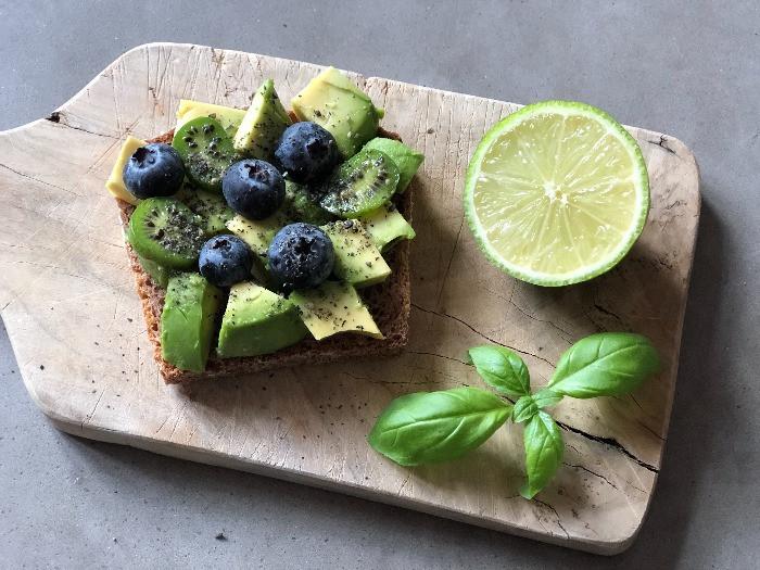 Avocado Heidelbeeren Brot Fruehstueck | myGiulia