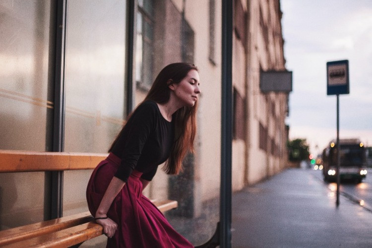 Frau-wartet-Bushaltestelle   myGiulia