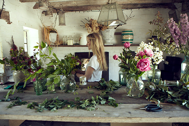Willow Crossley in ihrem Natur Studio mit Blumen in England