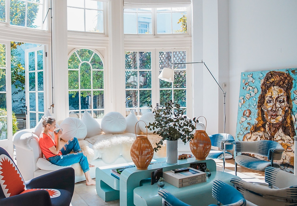 Wohnzimmer Frau auf Sofa | myGiulia