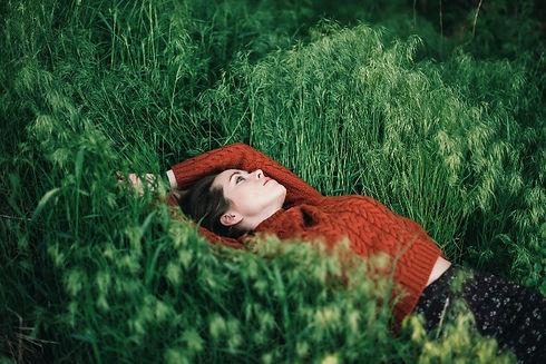 frau-im-gras-angst-foto-elizaveta-dushec
