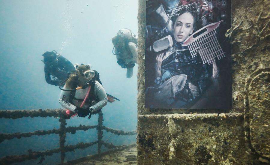 Taucherin besucht Plastic Ocean Gallery von Andreas FRanke