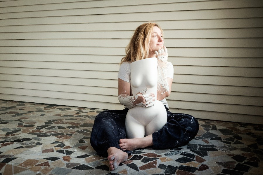 Künstlerin Andrea Kollar mit Frauenkörper