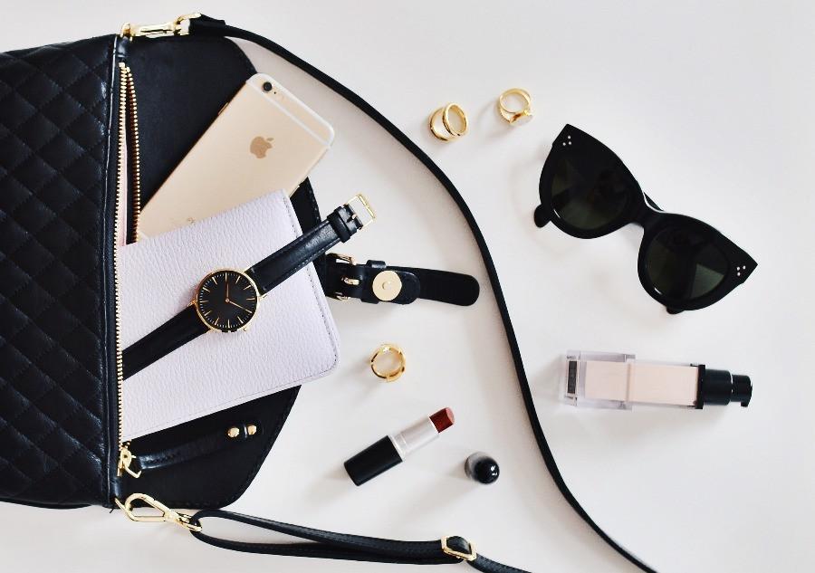 Handtasche mit Inhalt Sonnenbrille Kosmetik Handy