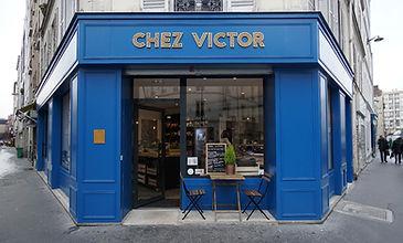 Morgane Coroller devanture vitrine paris parisienne bleu couleur coloré moulures angle façade commerce Chez Victor