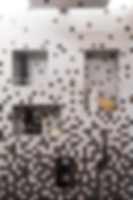 Détail des niches dans la douche. Rénovation d'un appartement haussmannien de 160m2 à Paris 1er. Carrelage mosaique Vidrepur, noir, blanc, doré. Design Morgane Coroller