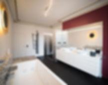 Grande salle de bain dans une ancienne chambre. Rénovation d'un appartement haussmannien de 160m2 à Paris 1er. Carrelage mosaique Vidrepur, noir, blanc, doré, peinture bordeaux, moulures, sol béton ciré noir, double vasques, baignoire, douche italienne, sèche-serviette design Brem. Design Morgane Coroller