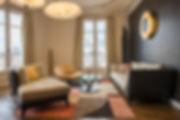 Morgane Coroller rénovation travaux appartement paris parisien haussmann haussmanien intérieur architecte design déco décoration luxe chic haut de gamme couleur coloré salon séjour noir or doré moulure brem nobilis art arty