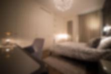 Chambre parentale beige et grise. Rénovation d'un appartement haussmannien de 160m2 à Paris 1er. Design Morgane Coroller