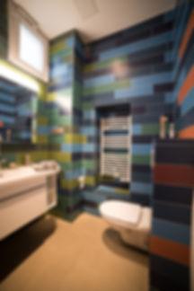 Salle d'eau originale et très colorée. Rénovation d'un appartement haussmannien de 160m2 à Paris 1er. Carrelage dégradé, salle de bain, sol béton ciré. Design Morgane Coroller