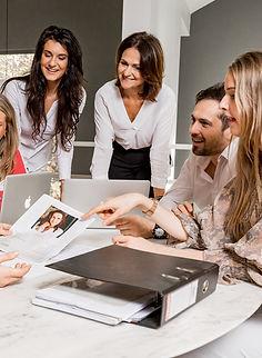 Het team van ons relatie bureau aan het werk