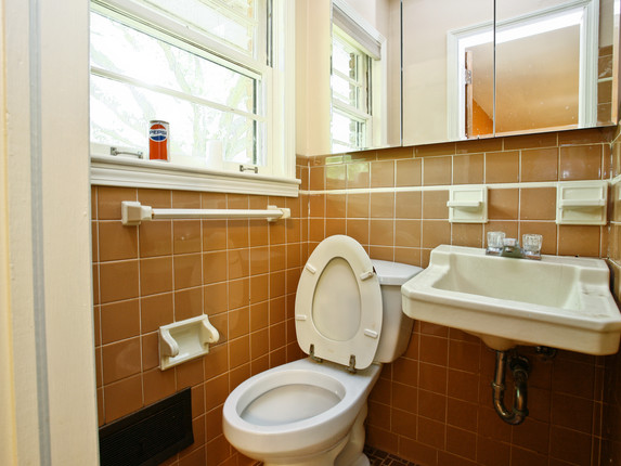 Bathroom 1 - Before