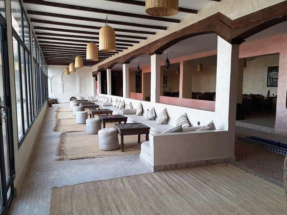Salon con vistas a la piscina y las dunas - Nomad Palace