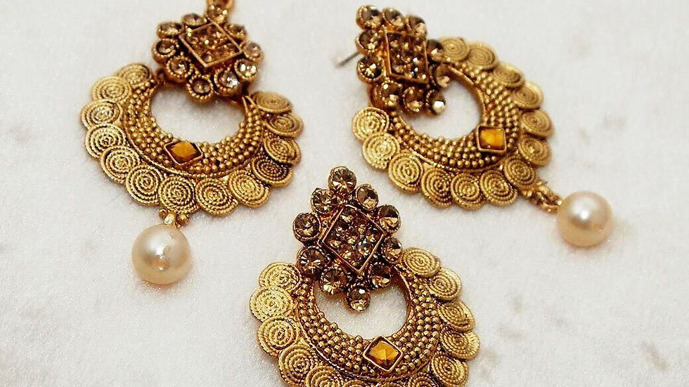 Beautiful pair of earrings with mangtika
