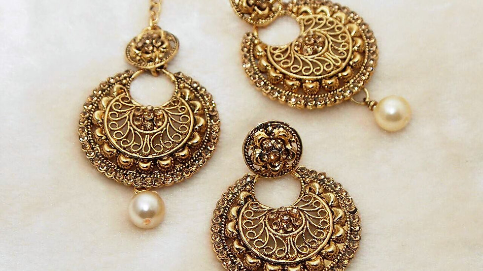 Beautiful pair of earrings with mangtika