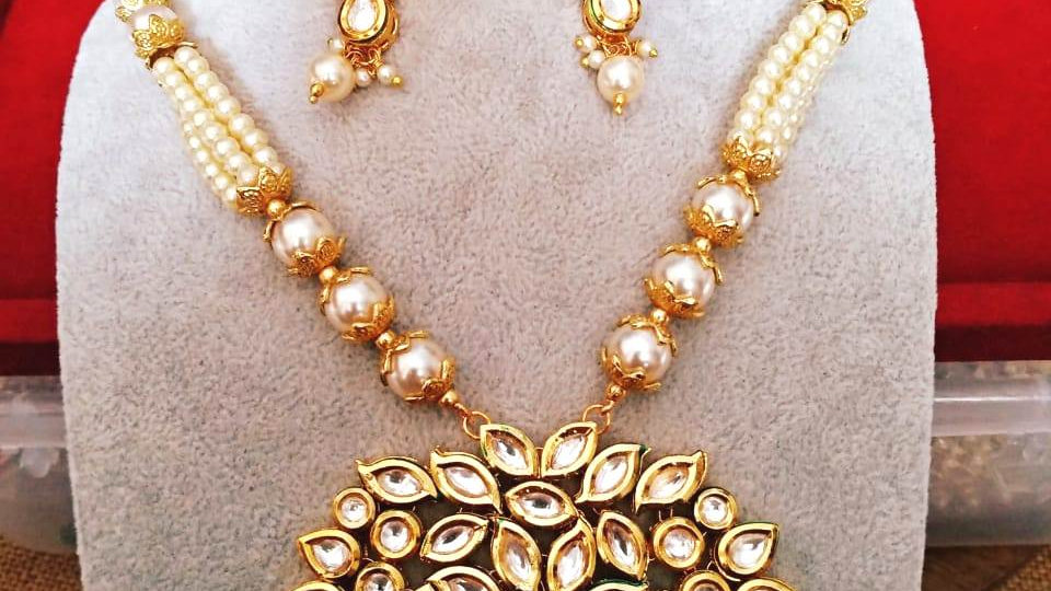 Beautiful Kundan Necklace set along with Beautiful Pair of earrings