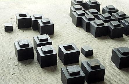 viele kleine quadratische Stahlkästen, Rosenknospen