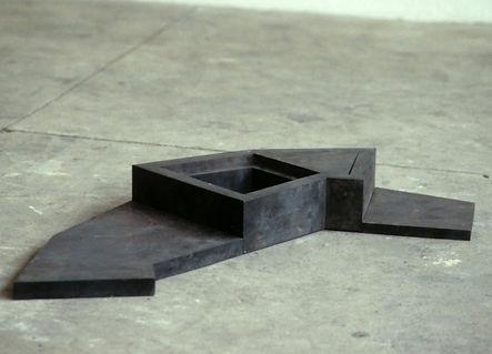 Bodenarbeit aus Stahl, geschweisst und geglüht.