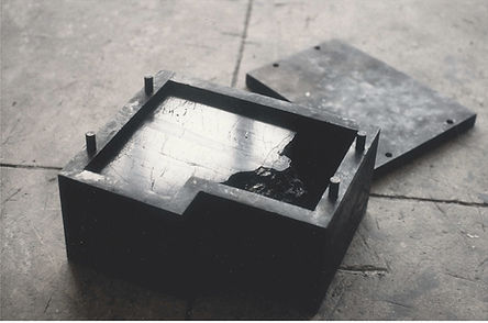 Arbeit aus Stahl, verschweißt und geglüht, auf dem Boden
